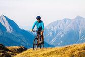 Mujer ciclista en hight mountais — Foto de Stock