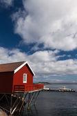 A 町の村の典型的な赤いがり釣り小屋 — ストック写真
