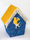 Beyaz bir arka plan üzerinde parlak kuş yuvası — Stok fotoğraf