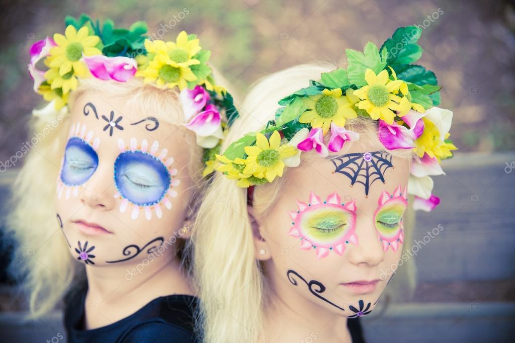 Gemelas de halloween con los ojos cerrados \u2014 Foto de Stock 85932648