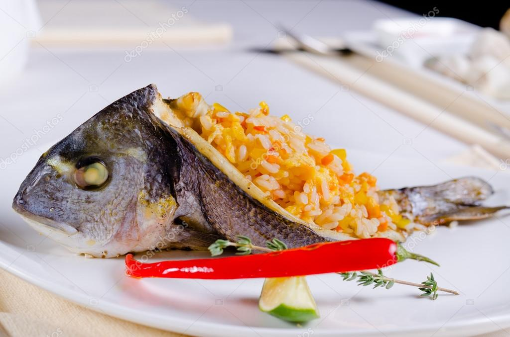 Całe ryby faszerowane ryżem pikantne — Zdjęcie stockowe © ampack ...