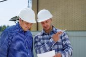 Two builders or engineers discussing paperwork — Stock Photo