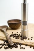 Pepper grinder and black peppercorn — Stock Photo