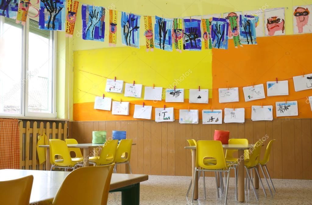 Clase de jard n de infantes con las sillas amarillas y dr for Sillas amarillas