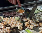 Krewetki rybne i warzywne szaszłyki z mięsa gotowane — Zdjęcie stockowe