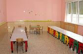 Stoly a židle v jídelně školní jídelny v — Stock fotografie