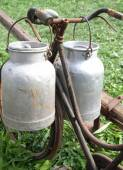 Bike of the milkman with two old milk cans — Stock Photo