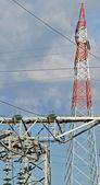 Rot Mast der Hochspannung elektrische Kabel in Kraftwerk — Stockfoto