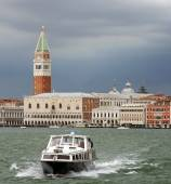 Lagoon of Venice with the bell tower of Saint Mark and boat into — Foto de Stock
