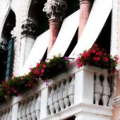 Balcony with flower on an ancient Venetian Palace — Stock Photo