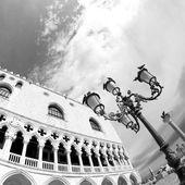 Dóžecí palác v benátském stylu architektury v Benátkách — Stock fotografie