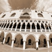 Doges palace in Venetian-style architecture in Venice — Stock Photo