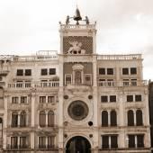 St Marks clocktower med statyer av två morerna — Stockfoto