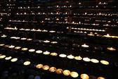 Восковые свечи освещенной в церкви во время мессы — Стоковое фото