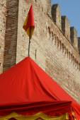 Tend yellow and red lines at the foot of the old castle walls — Stock Photo
