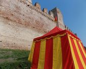 Middle Ages tend with yellow and red lines at the foot of the ol — Foto Stock