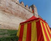 Middle Ages tend with yellow and red lines at the foot of the ol — Stock Photo
