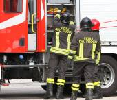 Firefighters working near the fire truck when handling an emerge — Zdjęcie stockowe