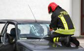 Italian firemen break the windshield of the car to release the i — Стоковое фото