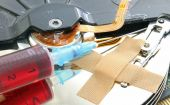 Hard disk infected with computer virus with syringe and patch — Foto de Stock