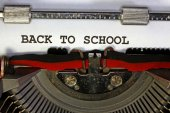 Back to school written with black ink with the old typewriter — Stock fotografie