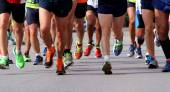Runners to race to the finish line of the marathon — Stock Photo