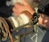Sewing thread in an antique spinning wheel — Stockfoto