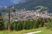 Mountain chairlift in summer — Stock Photo
