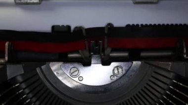 пишущая машинка с написанным в газете — Стоковое видео