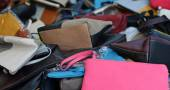 Cases and leather bags of various sizes on sale in the market — Stock Photo