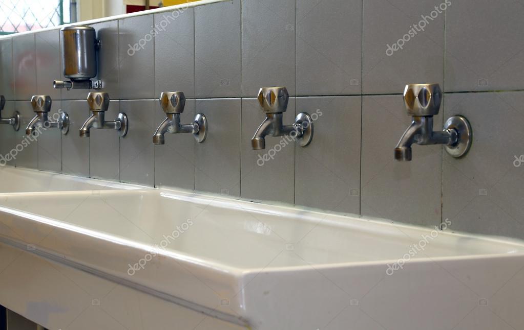 Baño De Una Guarderia:de grifos de baño de una guardería para los niños — Foto de