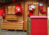 Santa's domek ze skrzynki pocztowej, aby opublikować listy dzieci — Zdjęcie stockowe