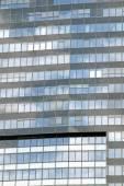 与 windows 的玻璃和钢结构的摩天大楼 — 图库照片