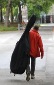 Contrabass player goes to rehearsals of the music concert — Stock Photo