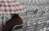 Single spectator waits for the start of the show on aluminum cha — Stock Photo