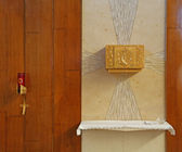 Tabernacle with consecrated hosts in the Church and a candle — Stock Photo