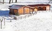 Charmant chalet en bois dans les montagnes et la neige tout autour — Photo