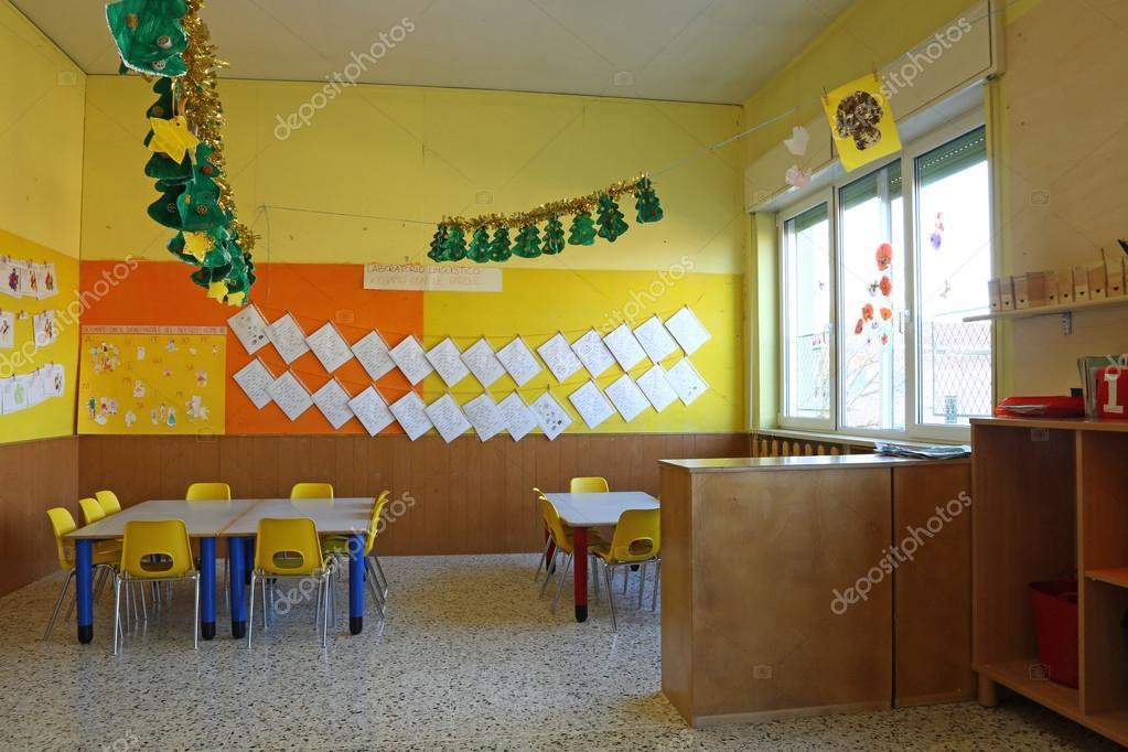 Sal n de clase preescolar con sillas y mesa con los for Sillas para ninos de preescolar