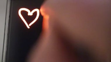 Drawings hearts on the screen of a smartphone — Stock Video