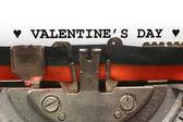Met de schrijfmachine Valentijnsdag in zwarte inkt geschreven — Stockfoto