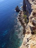 Alta scogliera sul mare con le onde — Foto Stock