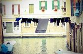 Sheets and drying laundry on the Canal full of water in Venice — Foto Stock
