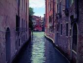 Narrow navigable  channel of water in the splendid city of Venic — Stock Photo