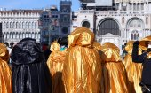 Golden costumes for the Carnival in Venice — Stock Photo