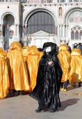 Black Mask and Golden costumes in venice — Stock Photo