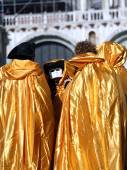 People with Golden costumes for the Carnival in Venice — Stock Photo