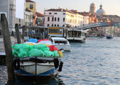 Boat for transporting goods into the grand Canal in Venice — Stock Photo