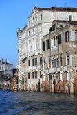 Venetiaanse paleizen op het Grand canal bij hoog tij — Stockfoto