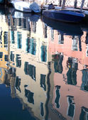 Reflection on the water of the colorful houses of Venice — Foto de Stock