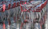 Reflection on the water table and chairs in Venice during the fl — Stockfoto